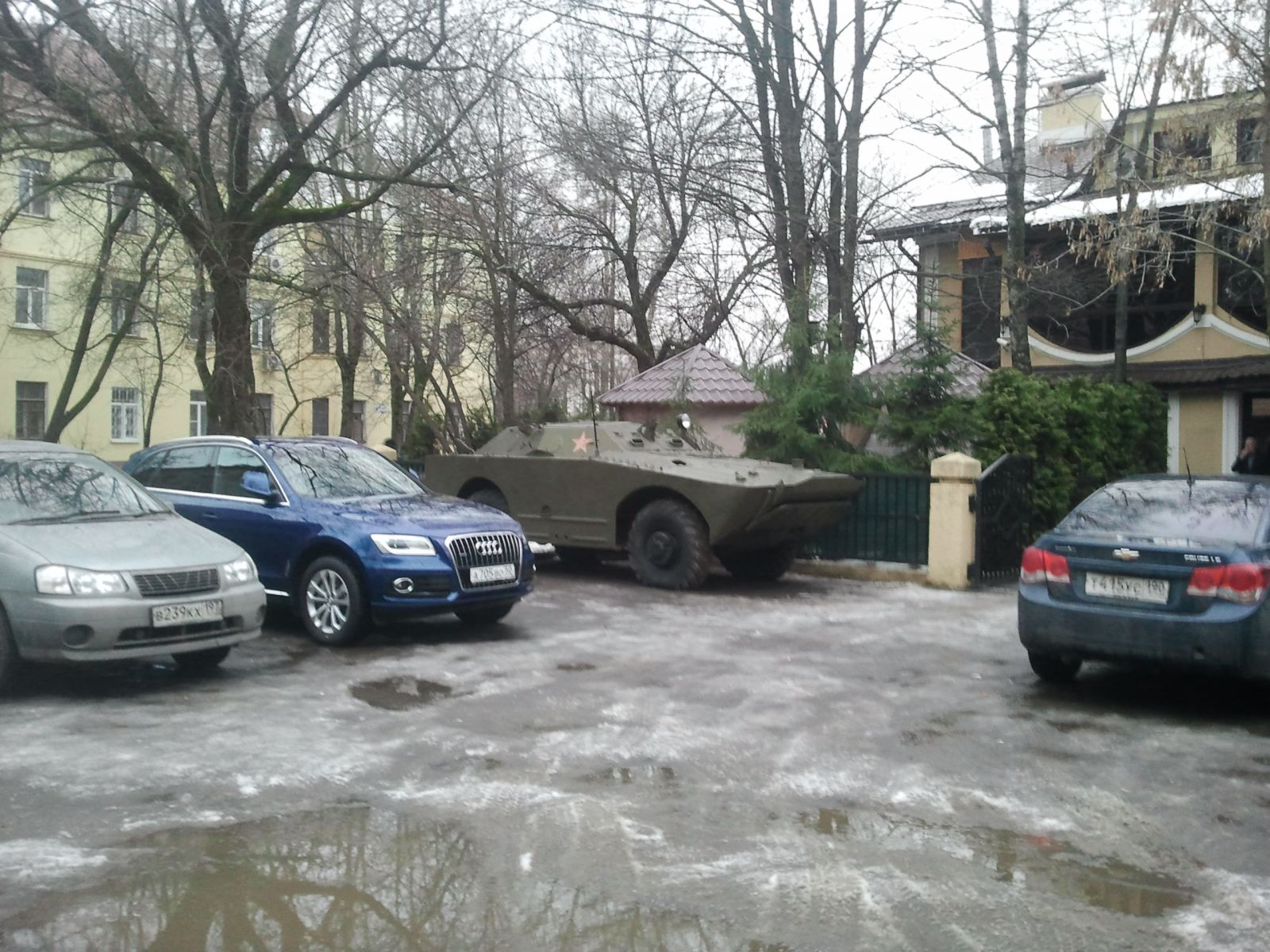 На нашей парковке танк.